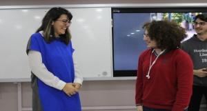 Jüri Üyesi Prof. Dr. Nazlı Eda Noyan 3.lük ödülünü veriyor - Fotoğraf Yarışması Ödül Töreni